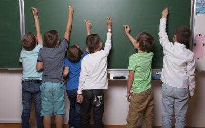 Inhyrda studenter spelar svenska invandrare